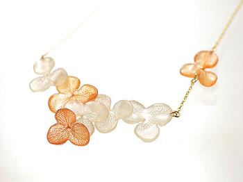 アジサイの花弁ひとつひとつを昔ながらの「茜」(あかね)で手染めしたネックレスです。鮮やかで上品なカラーがデコルテを美しく見せてくれます。