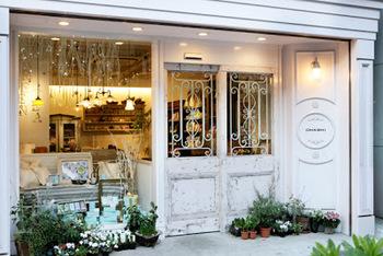 今おしゃれに敏感な女性たちの間で話題になっているのが、中野にある「OHASHI(オーハシ)」というお店です。外観はフランスの雑貨屋さんみたいです。