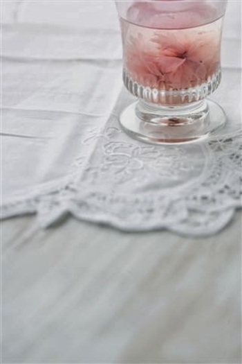 カップの中でふわりと咲く桜の花びらはとても可憐です。満開の桜を思い浮かべて楽しみたいですね。