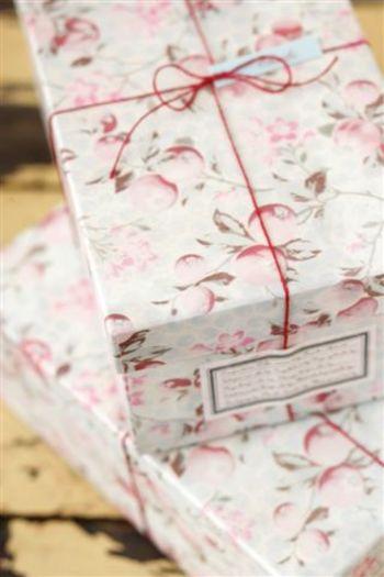 こんなすてきな花柄のボックスに入っています。女性なら、もらって喜ばない人はいないはず!