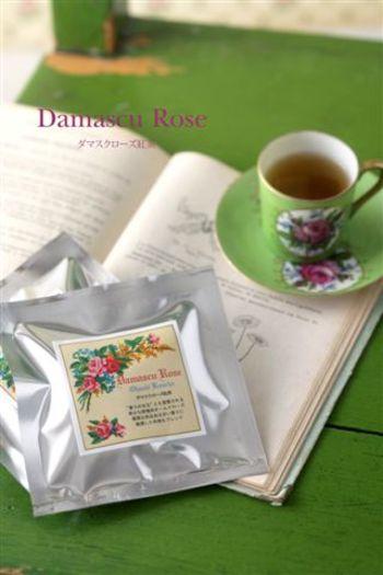 「DAMASCU ROSE OHASHI(ダマスクローズ オーハシ)」 バラの名産地であるブルガリアで採取されたダマスクローズの花びらからつくられた紅茶です。柱となる茶葉は静岡県産やぶきた品種のOHASHI紅茶。ダマスクローズの気品ある香りを楽しむことができます。