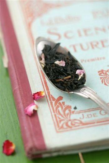 ダマスクローズは、年に一度わずか2週間から3週間の間だけ咲くたいへん貴重なバラです。「香りの女王」とも呼ばれていて、優雅で気品ある甘い香りに魅了されます。