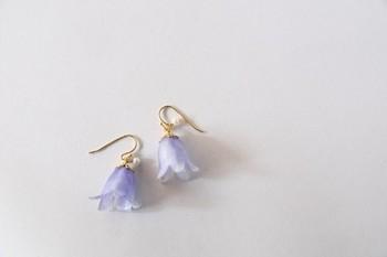 優しいパープル寄りのブルーが可愛らしい、桔梗のピアスです。ゆらゆらと揺れる姿がまた可憐な雰囲気です。花言葉は「感謝」「誠実」