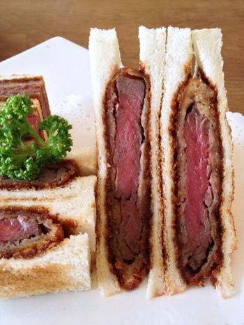 牛のフィレ肉を使った、贅沢でジューシーなカツサンド。 これはもうごちそうサンドイッチです! 関東ではヒレ肉といいますが、関西では「ヘレ」なので、ビーフヘレカツサンド♪