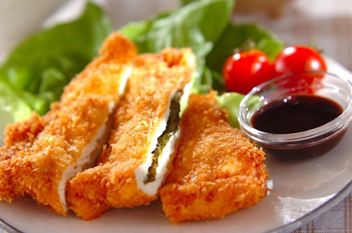 鶏むね肉に、からしマヨ+大葉を挟んで揚げたフライです。程よくピリっとしてて、爽やかな風味の大葉が良い仕事をしてくれます。ボリュームもあるので、男子も喜びそう。