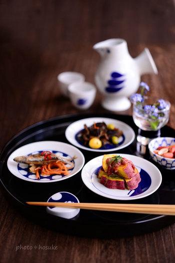 有田焼の豆皿、小紋柄の箸置きに少しずつのせるとおつまみも豪華です。 和のテーブルにしっかりマッチしてますが、徳利とお猪口 はなんとリサ・ラーソンです。