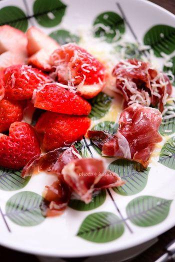 生ハムと苺の赤がグスタフベリの緑の上に華やかさを添えます。