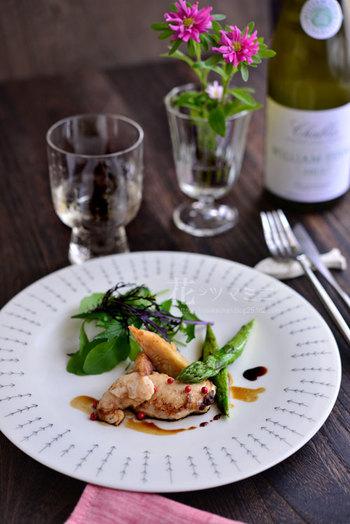 イッタラのプレートとグラスに合わせた「鯛の白子のムニエル」。柔らかい印象のお皿とお料理の飾られたピンクペッパーがアクセントに。 こちらのイッタラのプレートは森を意味するMetsa(メッツア)柄。