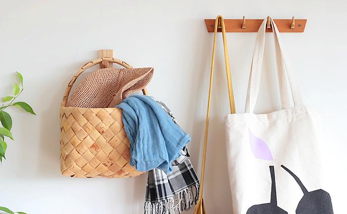 小さいサイズから大きなバスケットサイズまで、壁掛け収納はインテリアとしても素敵です。こんな使い方をすれば、お客様がいらしたときに「こちらへお荷物をどうぞと」さりげなくおすすめできます♡