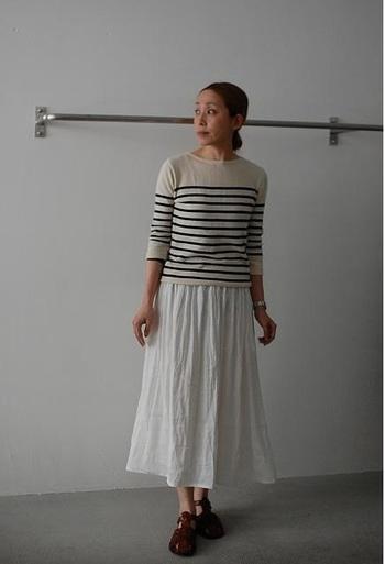リネンギャザースカート 涼しげな麻素材がサンダルと相性よし。