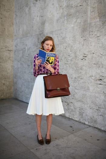 真っ白な膝丈フレアスカートに茶色のタッセルローファーをあわせて、かわいくコーディネイト。 鞄も上質なものでローファーと色を合わせると、統一感が出ます。