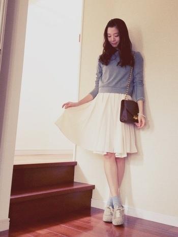 白のプリーツスカート。 小さめショルダーバッグとデートにぴったりのコーディネイト。