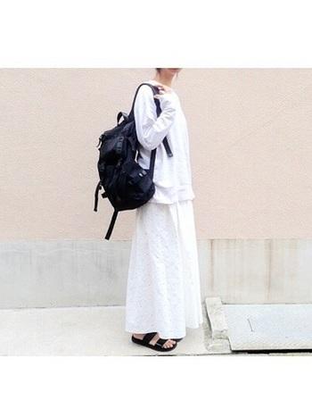 メンズライクなバックパックで、カジュアルダウン。 全身白のコーディネイトもマニッシュに。