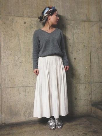 異国風にターバンを合わせて、シューズもシルバーで個性的。 個性的なファッションの中に、女性らしい白プリーツロングスカートを合わせる絶妙なテクニック。