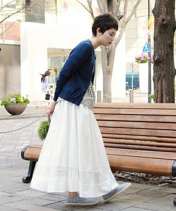 裾メッシュ切り替えの白ロングスカート。 白スカートも長さがあると、挑戦しやすいですね。 エスパドールで爽やかに着こなします。