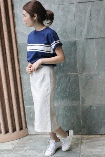白とブルーですっきりとカジュアルに着こなします。 スカートがタイトなロングなので、スポーティーなスニーカーがよく合います。