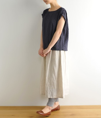 白スカートに裏地がなかったり、透けそうな場合は、スパッツを合わせると安心です。