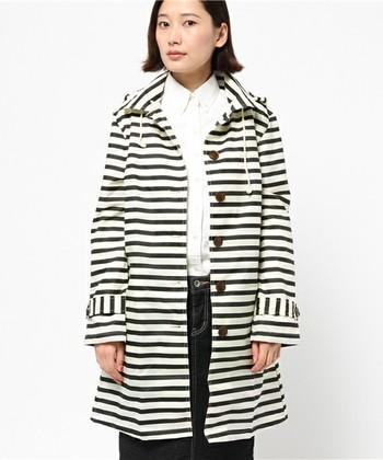 シャツとデニムに合わせるだけでもこんなにオシャレに。 ボーダーのコートはレインコートとしてゲットするのもいいですね。