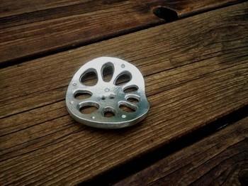 錫合金(ピューターメタル)製の「レンコンの箸置き」は、箸置きだけでなく、テーブルの飾り付けやペーパーウェイトとして使っても良さそうです。