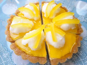 夏にぴったりのさわやかな「レモンのタルトキャンドル」もいかが?こちらは、さわやかなレモンの香り付きです。タルト生地やレモンの質感が本物そっくりの仕上がりです。