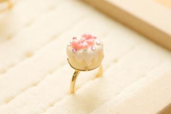 黄色のスポンジにピンクのクリームがのった「ケーキの指輪」。クリームのしたたり具合など細かい部分まで凝っていて、美味しそうなのはもちろん、アクセサリーとしてもデザイン性の高いリングです。