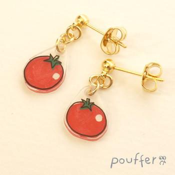 小さくて真っ赤でかわいらしい「プチトマトのピアス」。ゴールドと赤のコンビで、ドレッシーなスタイルに合わせて大人っぽくも着けられそうです。