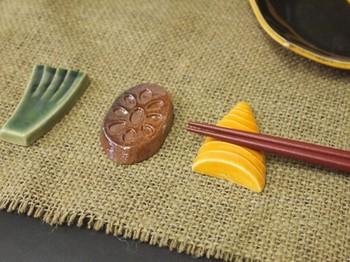「野菜三品 3点セット」は、落雁の木型を使って作られた、本格的な焼き物です。左から、ネギ、レンコン、筍。