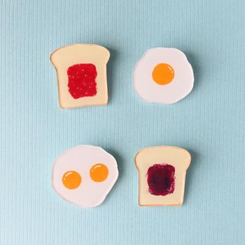 プラバンで作った「ブローチ 目玉焼き」は、素材のツヤ感とつるんとした卵がベストマッチ!「ブローチ トースト/イチゴジャム」と合わせれば、朝食の出来上がり!