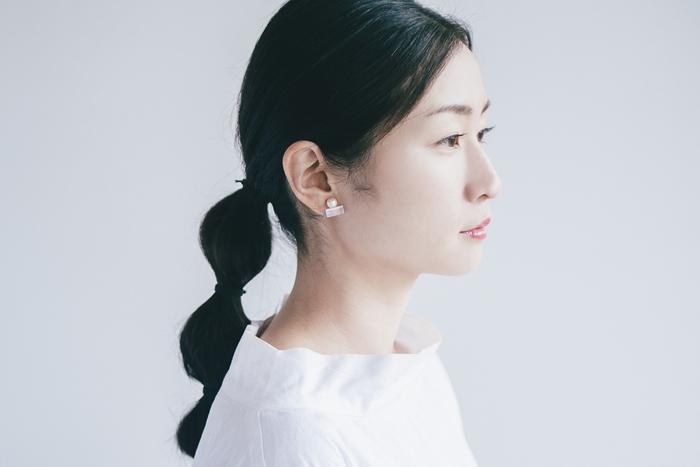 福井県鯖江市のデザイン集団「TSUGI(ツギ)」が立ち上げた、アクセサリーブランド「Sur(サー)」。鯖江市の伝統産業である眼鏡の廃材を素材にピアスなどのアクセサリーを製作しています。肌に馴染む透明感ある輝きと凛とした佇まい。ミニマルなデザインがより素材の存在感を引き立てています。