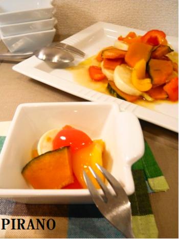 グリルした野菜たちにマリネ液をさっとかけて。すぐに食べられますが、翌日は味がなじんで美味しくなるのだそう。