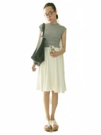 柔らかそうな白のフレアスカート。  スカートにボリュームがある分、トップスはコンパクトに。