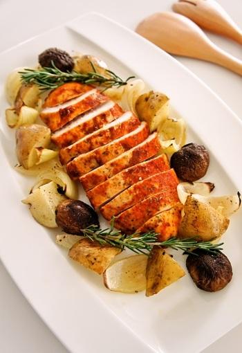 チリパウダーを使ったスパイシーなローストチリチキン。チキンと一緒に付け合わせの野菜も焼くことで、簡単に出来ちゃいます。ローズマリーを添えれば、香り豊かで見た目も豪華。持ち寄り料理にも喜ばれそうですね。