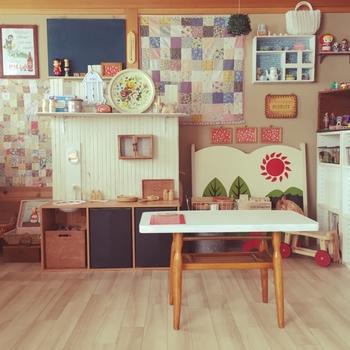後ろに飾っているヨーヨーフェルトの作品は自作だそうです。和室の砂壁もすっかり布で覆われ、和室の面影はありません。砂壁を覆っている緑のレースは100円均一の滑り止め布だそうです。他にもランプシェードなども手作りされたとのこと。この部屋自体がまるでひとつの作品のようですね!