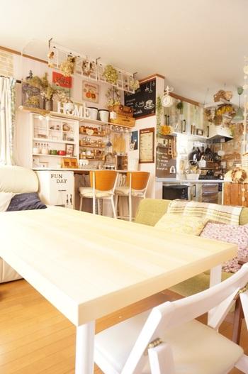 さきほどのカウンターテーブルは壁にぴたりとつけられてキッチンから一直線の動線に。