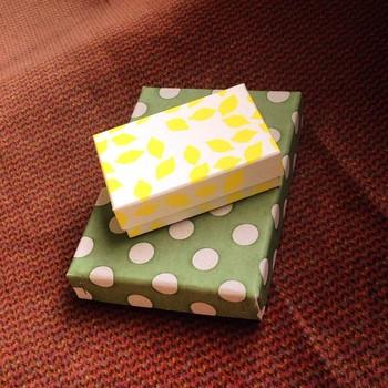 こちらは、箱型の名刺入れ(画像小)とポストカード入れ(画像大)。 可愛らしい模様はもちろんですが、しっかりとした作りの箱。落ち着いた風合いが、場所を選びません。何を入れようか迷ってしまいます。