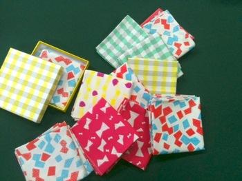 こちらは、ボックスと同じ柄のハンドプリントのハンカチ。 紙と布、おそろいの柄があるというのはいいですね。いろいろな使い方ができそうです♪