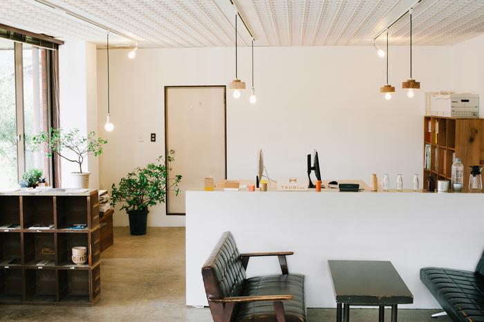 2013年に福井に息づく文化や地場産業の魅力を、多くの人に知ってもらいたいという思いを胸に、ものづくり+デザインユニットとして結成した「TSUGI」。その拠点を河和田地区にある老舗の漆器店(錦古里漆器店)の一角に置いています。セルフビルドで改装したというスペースは、事務所としての機能だけでなく、「TSUGI Lab(ツギラボ)」として、イベントスペースにも使われています。ものづくりや地域の資源を紹介するイベントを開催することで、県外に発信するだけでなく、地元の人にも地域の良さを再確認してもらえる場を提供しています。