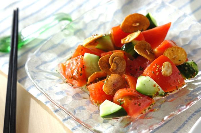湯むきしたトマトにオリーブオイルで揚げたカリカリのニンニクをのせて、マスタード入りのドレッシングでいただきます。風味も食感も楽しめる一品です。