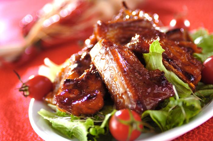 たっぷりの生姜が入ったバラ肉の炒め煮です。お肉と生姜のパワーでスタミナたっぷり!豪快にいただきましょう♪ 隠し味のマーマレードも、タレに深みを与えるポイントです。