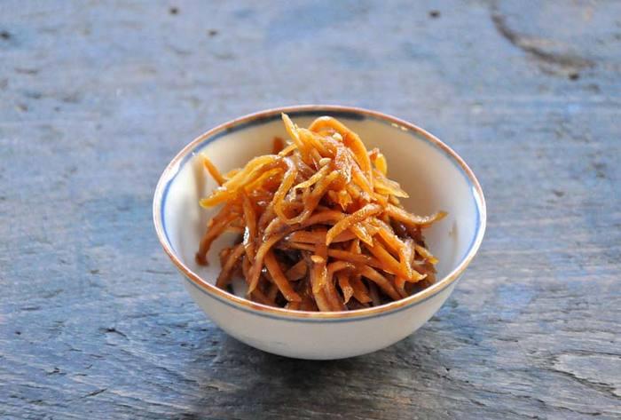 ごはんが進むメニューとして知られる生姜の佃煮ですが、夏バテ&夏冷え対策にもどんどん取り入れてみましょう! 作り方も簡単で、10分足らずでできるのも嬉しいところ。朝食に、お弁当の一品に、箸休めに、ピッタリな一品です。
