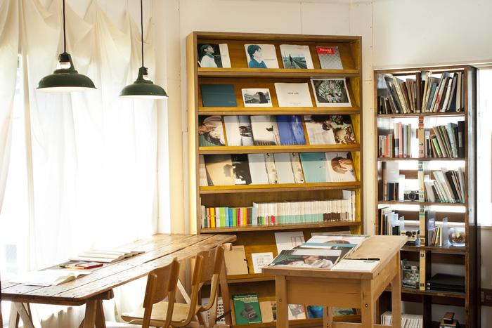 こちらはフォトブックが展示されている「ライブラリー」スペース。写真をプリントする間の待ち時間に訪れる方も多い。