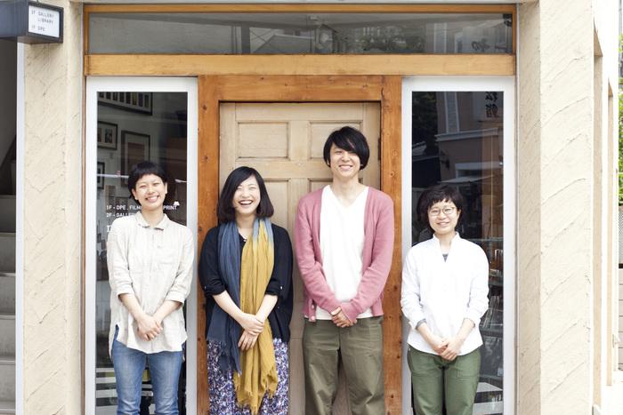 左から2番目が店長の東尚代さん。こぼれるような笑顔からも、温かい人柄が伝わってくる。