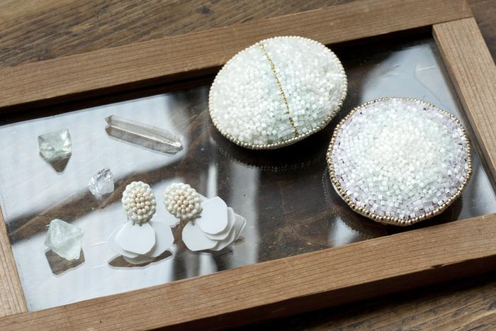フランスヴィンテージのスパンコールやビーズを使用したtamasのアクセサリー。細やかな手仕事から生まれる美しさが際立つ一品。