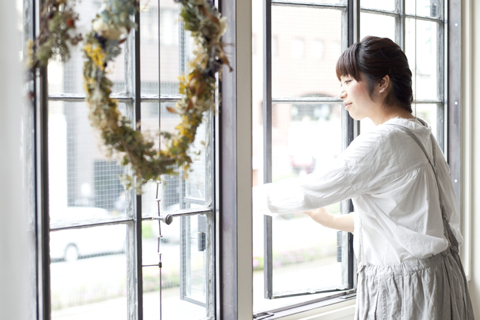 大きな窓からは気持ちのよい風が流れてきます。