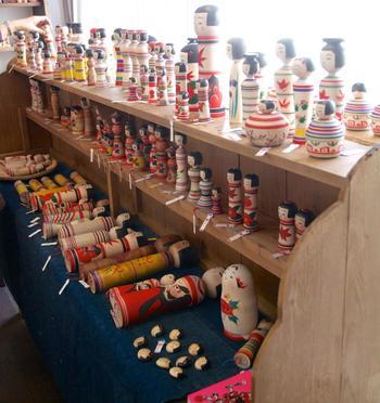 店内では時期ごとに、雑誌「こけし時代」の特集にリンクした展示も。こけし時代11号の際は、津軽こけしフェアを開催!