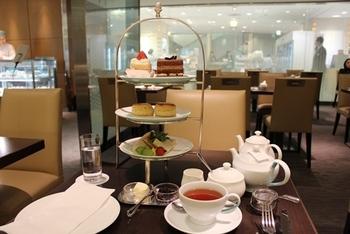 イギリスの伝統的なスタイルでサーブされる「アフタヌーンティーセット」。さまざまな種類のサンドイッチ、熱々のスコーン、そして、ひとり2個選べるケーキがいただけます。紅茶はおかわり自由ではありませんが、茶葉が入ったポットで提供されるので、さし湯をいただくことができます。