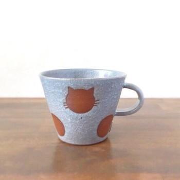 可愛い猫が隠れた「ねこ水玉」のマグカップです。カップには6つの水玉がありますが、そのうちの2個が猫になっている、 とってもキュートなミニマグ。猫好きの方におすすめのアイテムです。