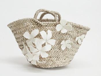オーガニックコットンの花ブローチ、スパンコール刺繍で仕上げられた、お花モロッコ製のマルシェカゴです。 上品な華やかさがあるカゴバッグは、カジュアルなスタイルにもドレッシーなコーディネートにもぴったりです。