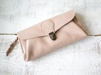 封筒をかたどったヌメ革の長財布です。色は、桜の花のような淡いピンク、チェリーブロッサム。 古来からの鞣(なめ)し製法、「植物タンニン鞣し」で仕上げたキップ革で作られた、ユニークなアイテムです。