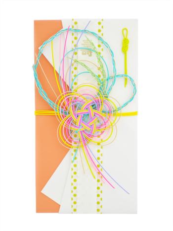 大切な人のお祝いにおすすめなのが、OTUTUMIさんのご祝儀袋です。『梅』『心地よい風』『稲穂』をイメージした水引き飾り。袋は『真 熨斗包』(しん のしづつみ)という最大限の尊重の度合いを表した折り方で作られています。